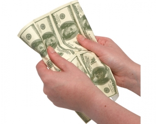 100 dolláros papírzsebkendő kézben